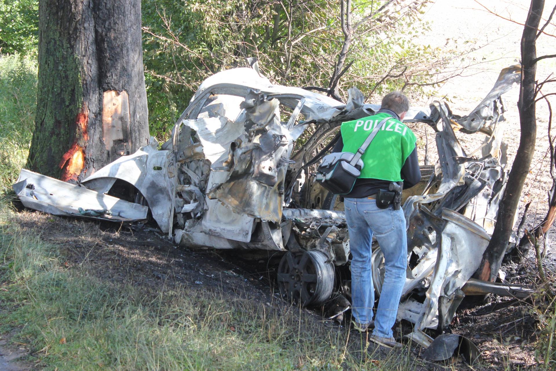 PKW explodiert nach schwerem Unfall: Zehn Feuerwehrangehörige ...